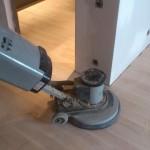 Przed nałożeniem ługu, podłoga musi być dokładnie wycyklinowana i wypolerowana.