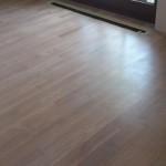 Podłoga olejowana na biało w dużym pokoju.