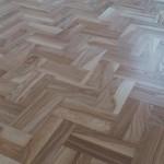 Piękna podłoga jesionowa w trakcie prac.